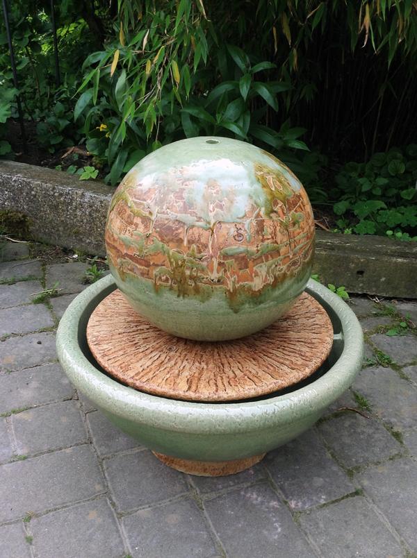 Keramik Brunnen, Schale ø ca. 55 cm grün mit Platte natur, Kugel ø ca. 35 cm Dekor Neuseeland