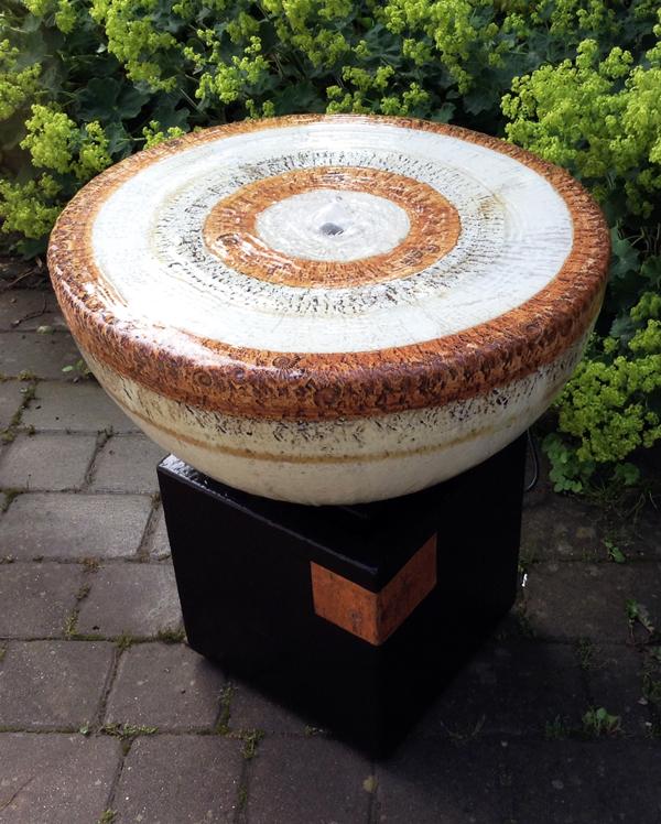 Keramik Brunnen, Quellstein ø ca. 50 cm natur grau glasiert, Becken ca. 30 x 30 x 32 cm schwarz natur glasiert