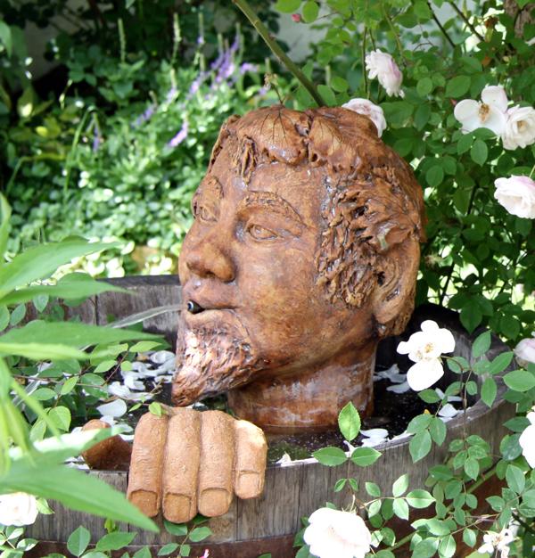 Keramik Brunnen,  Brunnenmann Bacchus handmodelliert, natur braun glasiert im Eichenweinfaß