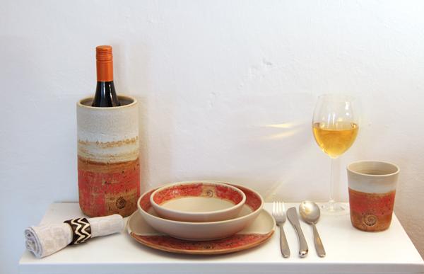 Keramik Speisegedeck mit Weinkühler, handbemalt und handgemacht