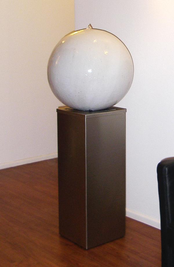 Keramik Brunnen, 3 Elemente Brunnen Kugel ø ca. 45 cm weiss glasiert, Sockel ca. 70 cm Edelstahl, Wasserbecken aus Edelstahl im Sockel