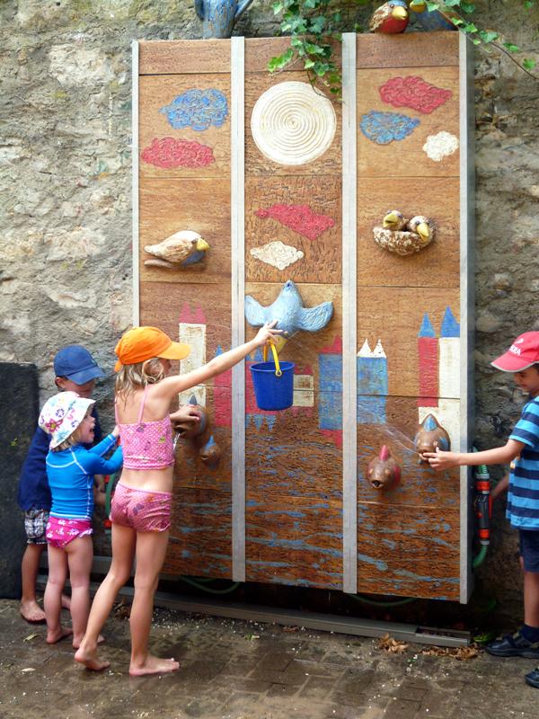 Keramik Brunnen, handmodelliert, Wasserwand, Kindergarten in Würzburg mit Kindern