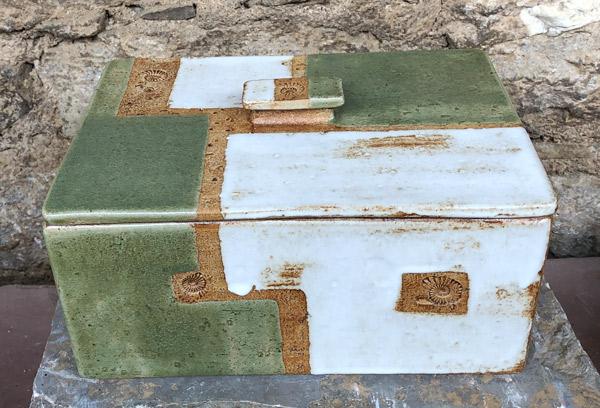Keramik, Brottopf gebaut, grün weiß natur bemalt, ca. 20 cm x 28,5 cm, h . ca. 13,5 cm