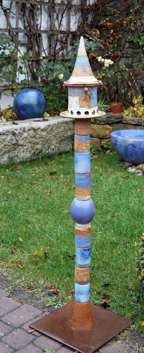 Keramik frostfest, Vogelfutthaus ø ca. 22 cm, H ca. 35 cm, auf Stele mit Stahlplatte, Dekor Santorin, Kompletthöhe ca. 145 cm, Preis auf Anfrage