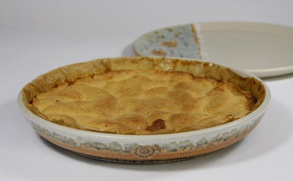 in die Tarteform wird erst das Backpapier eingelegt, darauf z. B. Karamell gießen, Apfelstücke darüber verteilen und oben drauf den Mürbteig legen, ca. bei 180° C , 30 - 35 Min backen