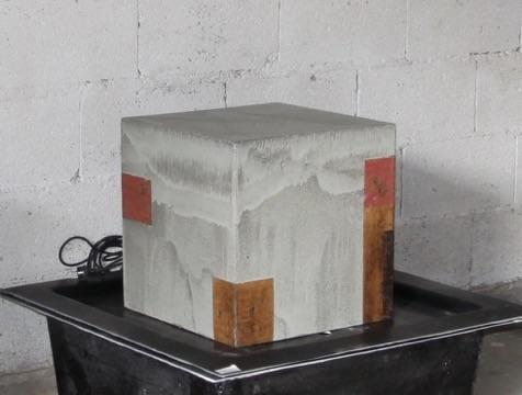 Keramik Brunnen, Quader ca. 50 x 50 x 50 cm grau natur glasiert, rot bemalt, mit GFK Becken, Deckel, Pumpe und Schlauchverbindung