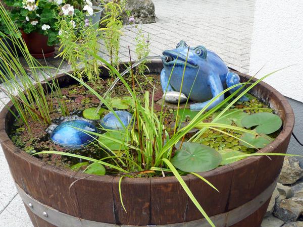 Keramik Brunnen, Frosch handmodelliert, als Wasserspeier mit Holzbottich ø ca. 70 cm