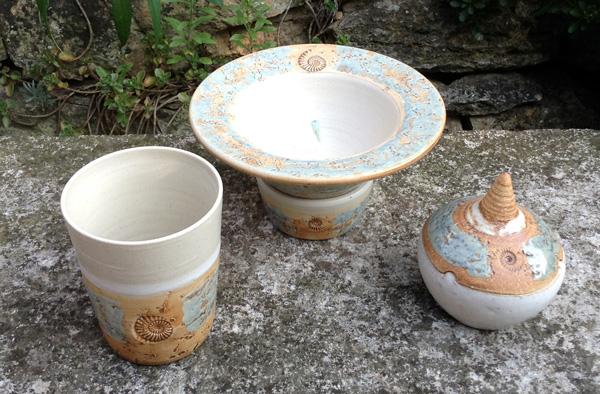Keramik, Wachsfresser Dekor Camargue mit Becher für Kerzenwachsreste und Dose für Streichhölzer