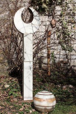 Keramik handgemacht, Stele mit Kugel