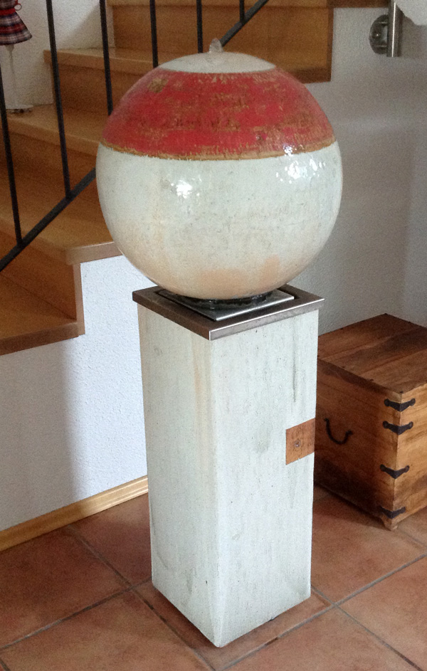 Keramik Brunnen, 3 Elemente Brunnen Kugel ø ca. 45 cm perlmutt rot glasiert, Sockel ca. 70 cm perlmutt natur, Wasserbecken aus Edelstahl im Sockel