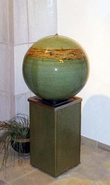 Brunnenkugel ø ca. 45 cm Dekor Neuseeland mit Sockel Keramik ca. 50 cm hoch Seladongrün glasiert