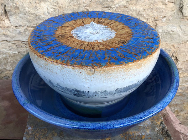 Keramik Quellstein Dekor Santorin, ø ca. 30 cm mit Brunnenschale Blick ins Meer, ø ca. 38 cm, h ca. 9 cm,