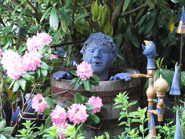 Keramik Brunnen, Brunnenmann Bacchus handmodelliert, blau matt glasiert im Eichenweinfaß