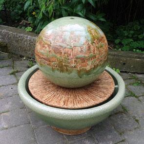 Keramik Zimmerbrunnen Kugel ø ca. 35 cm mit Brunnenschale ø ca. 55 cm, h ca. 55 cm, Dekor Neuseeland, Platte natur glasiert