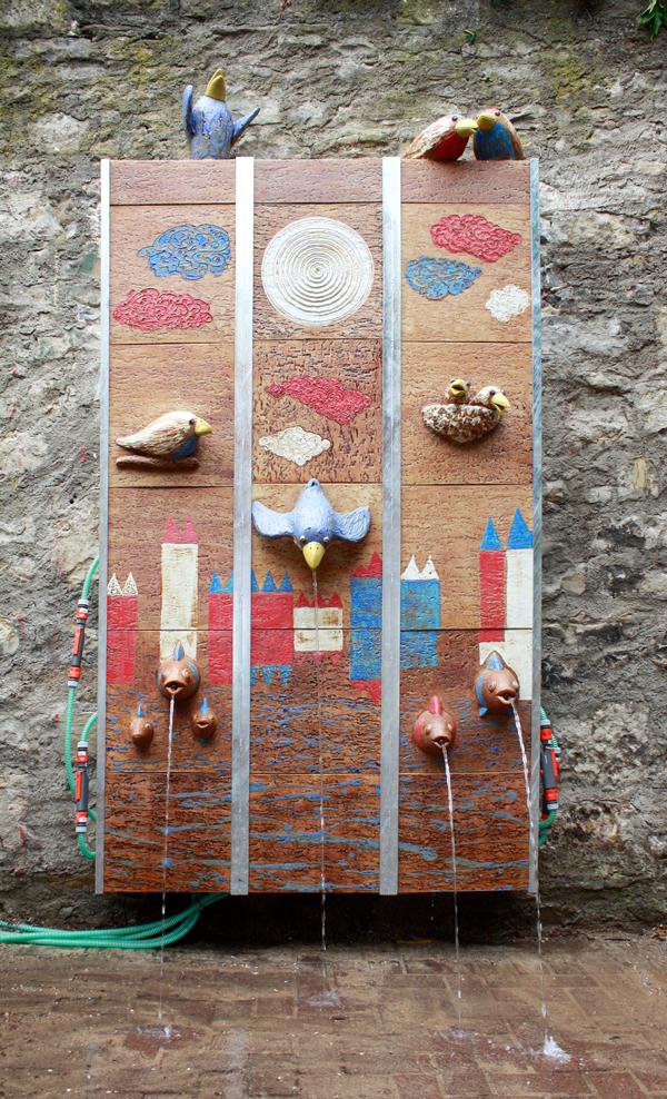 Keramik Brunnen, handmodelliert, Wasserwand mit Frischwasser Zulauf, Kindergarten in Würzburg