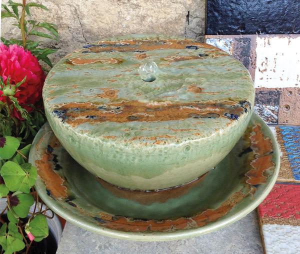 Keramik Quellstein ø ca. 30 cm mit Brunnenschale mit Fahne, ø ca. 38 cm, h ca. 9 cm, Dekor Neuseeland