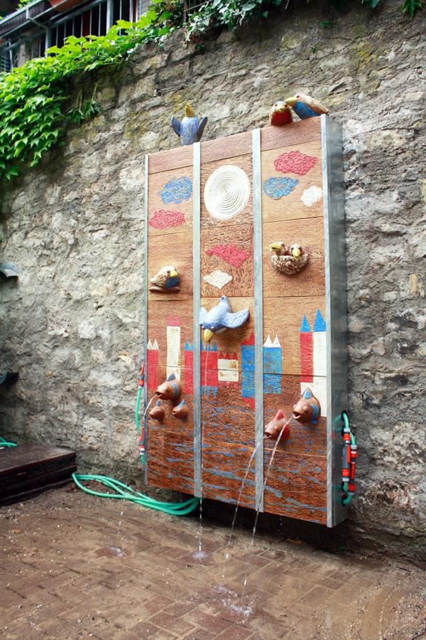 Keramik Brunnen, handmodelliert, Wasserwand, Kindergarten in Würzburg, Seitenansicht