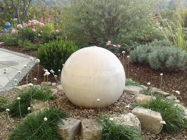 Wasserkugel ca. 50 cm perlmutt glasiert, GFK Becken ca. ø 65 cm h ca. 35 cm in die Erde eingegraben