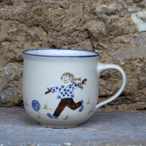 Keramik Kindertasse, ø ca. 9 cm, h ca. 9 cm,  mit Clownmädchen mit Fussball handgemalt
