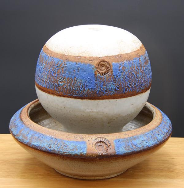 Keramik Zimmerbrunnen, Tischbrunnen Santorin, Kugel ø ca. 18 cm, Schale ø ca. 30 cm