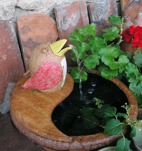 Keramik Brunnen, Vogel handmodelliert, als Wasserspeier mit Keramikschale ø ca. 38 cm