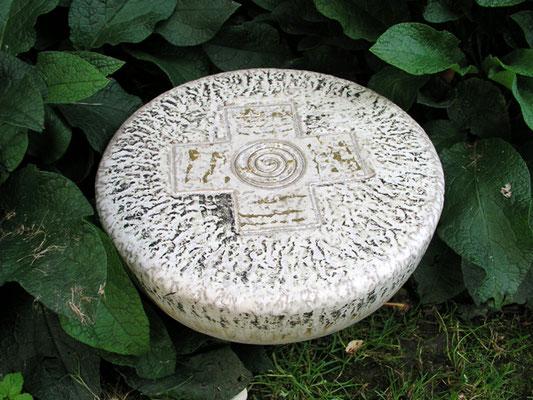 Keramik handgemacht, Gedenkstein mit Kreuz