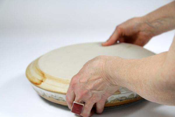 Nach dem Backen die Form ca. 10 Minuten abkühlen lassen und dann auf eine Tortenplatte stürzen