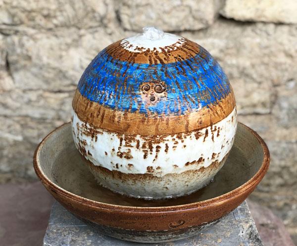 Zimmerbrunnen Kugel ca. 25 cm ø blau bemalt, Dekor Santorin, mit Schale ca. 36 cm ø, natur bemalt