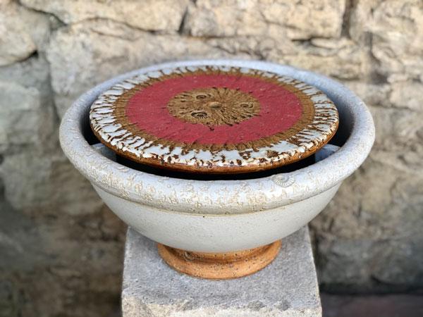 Keramik Brunnenschale, weiß glasiert, Fuß natur, Platte rot weiß bemalt ø ca. 38 cm
