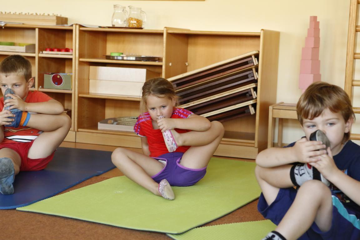 übrigens ... kannst du das Mama?... musst du mehr Yoga machen...