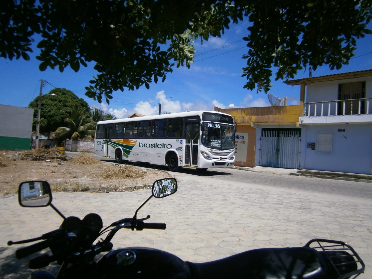 Bus an der Ecke von der Straße des Grundstücks