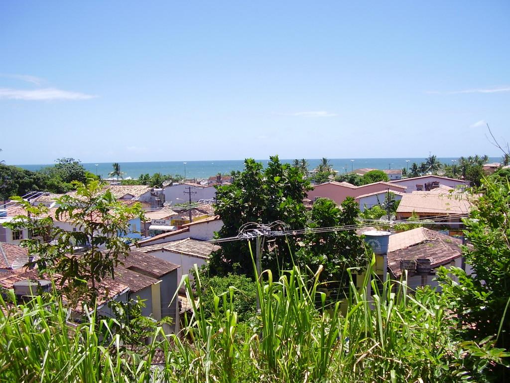Blick über Cabrália zum Meer