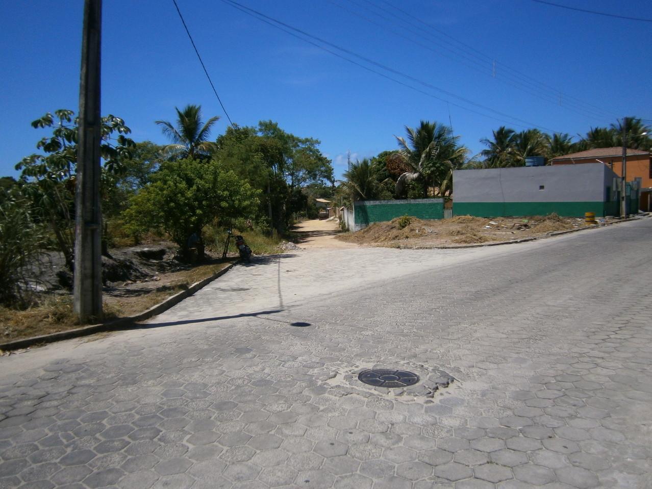 kleiner Platz vor der Strasse des Grundstücks