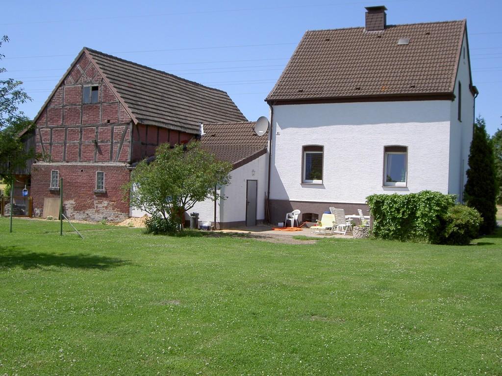 Links Scheune - rechts Wohnhaus