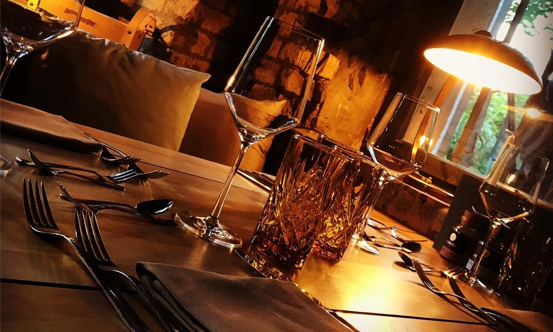 Unser Weinkeller bietet sich auch als Hochzeitslocation mit direktem Terassenzugang an.