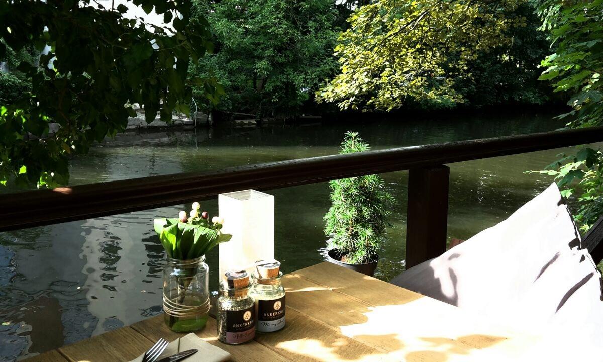Geießen Sie unser Essen und Getränke auf der Terrasse unseres Restaurants.