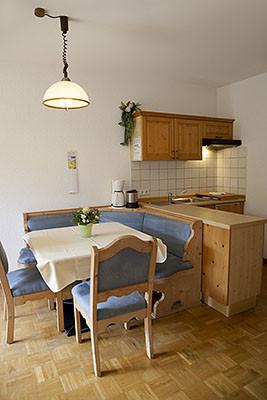 Landhaus Weber Ferienwohnung Küchenzeile mit Essecke