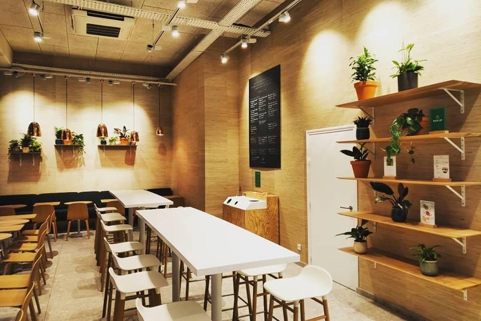 Paysagiste d'intérieur: entretien de plantes d'intérieur en entreprise (ici un restaurant des Batignolles à Paris)