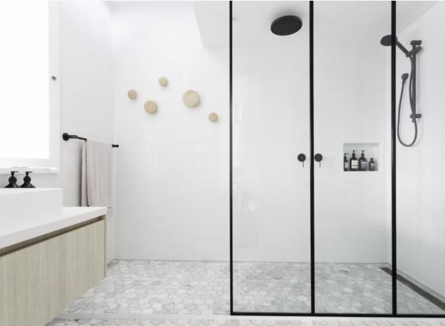 Grote Zwarte Tegels : Tegels witte badkamer: grote zelfde grijze tegels op vloer en wand