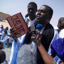 Biram Deh Abeid - Chef der Anti-Sklaverei-Bewegung IRA - erzwang mit einer Bücherverbrennung eine neue Diskussion über islamische Rechtsliteratur, die Sklaverei rechtfertigt (Foto: IRA)