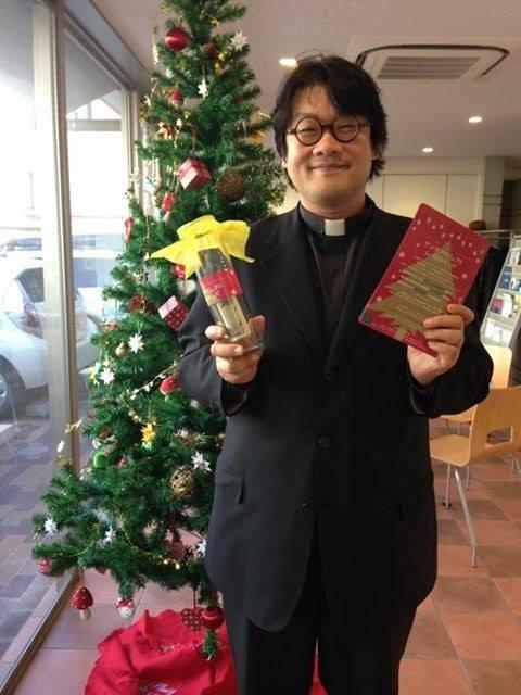 おっきなクマモンみたいなおじちゃんが深沢教会のさいとうあつし牧師。「福島のため、子どもたちのため、教会のみんなで祈っています。」