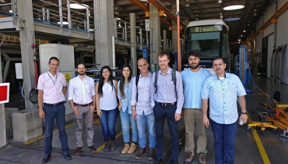 Das internationale FSW-Team vor der Tranvía-Wagenhalle der Metro de Medellín