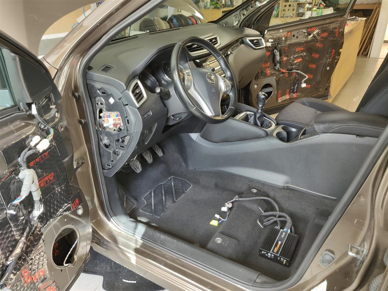 Nissan Qashqai (J11) - DSP-Verstärker unter Fahrersitz