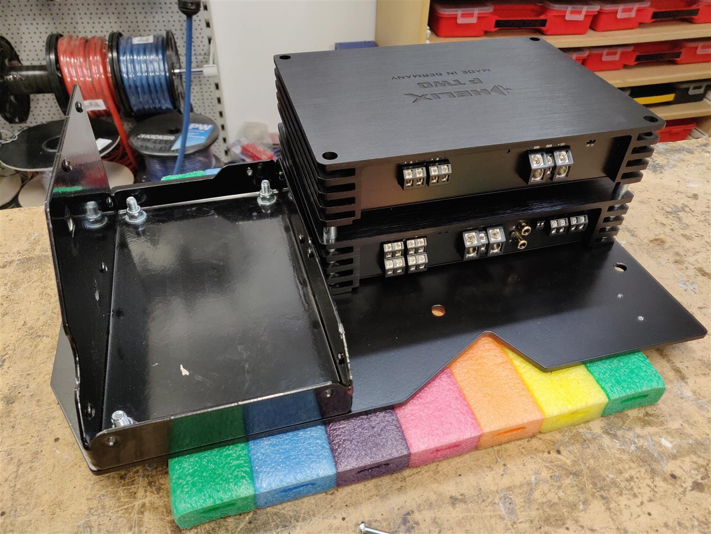 Die Montageplatte nimmt beide Verstärker und den Kompressor für das Fahrwerk auf.