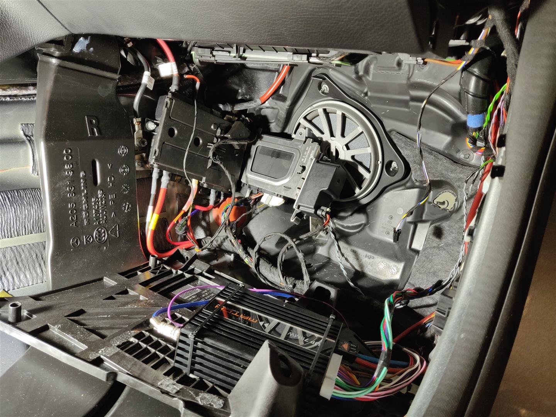 Mercedes C-Klasse Kombi (S205) - DSP-Verstärker hinter Teppich im Beifahrerfußraum