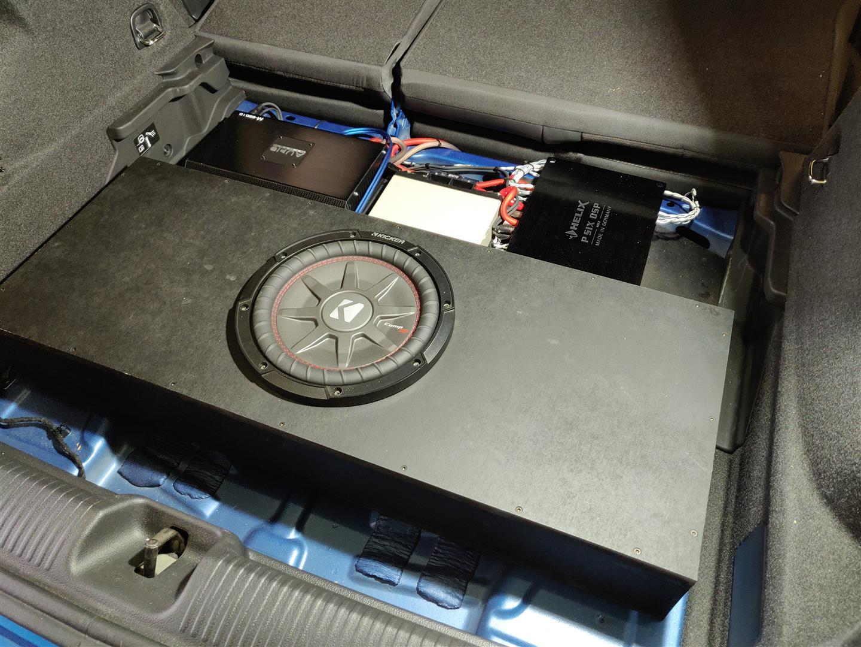 Ein DSP-Verstärker, eine Zusatzbatterie und ein Monoblock für den Woofer.