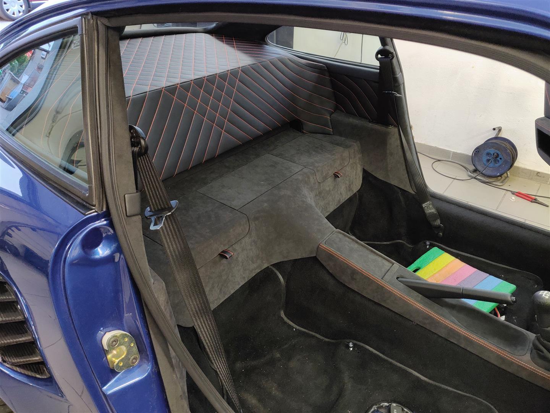 Der Schall der Subwoofer dringt durch den Schlitz der Abdeckplatte in den Fahrgastraum.