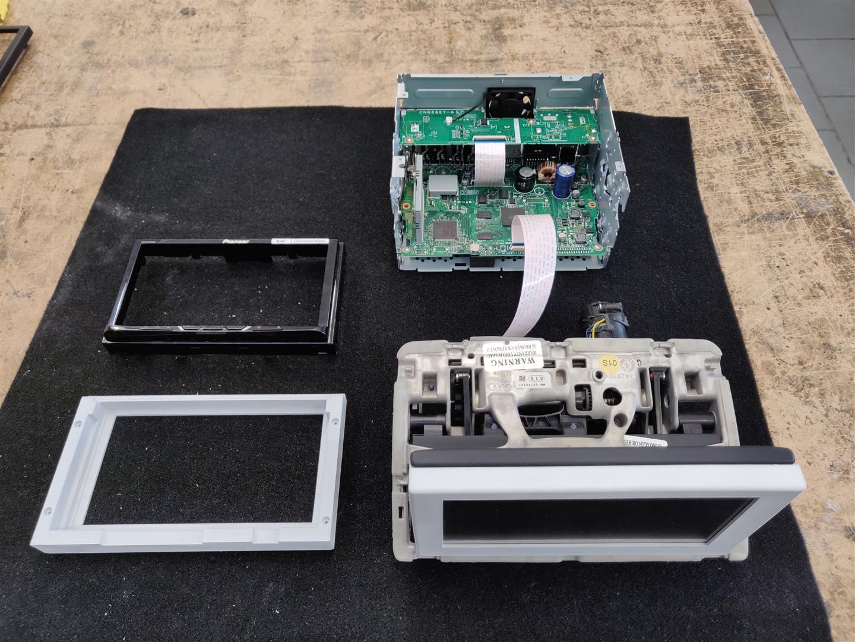 Die Einzelteile des Pioneer 2-DIN Radios und dem Ausklapp-Antriebs.