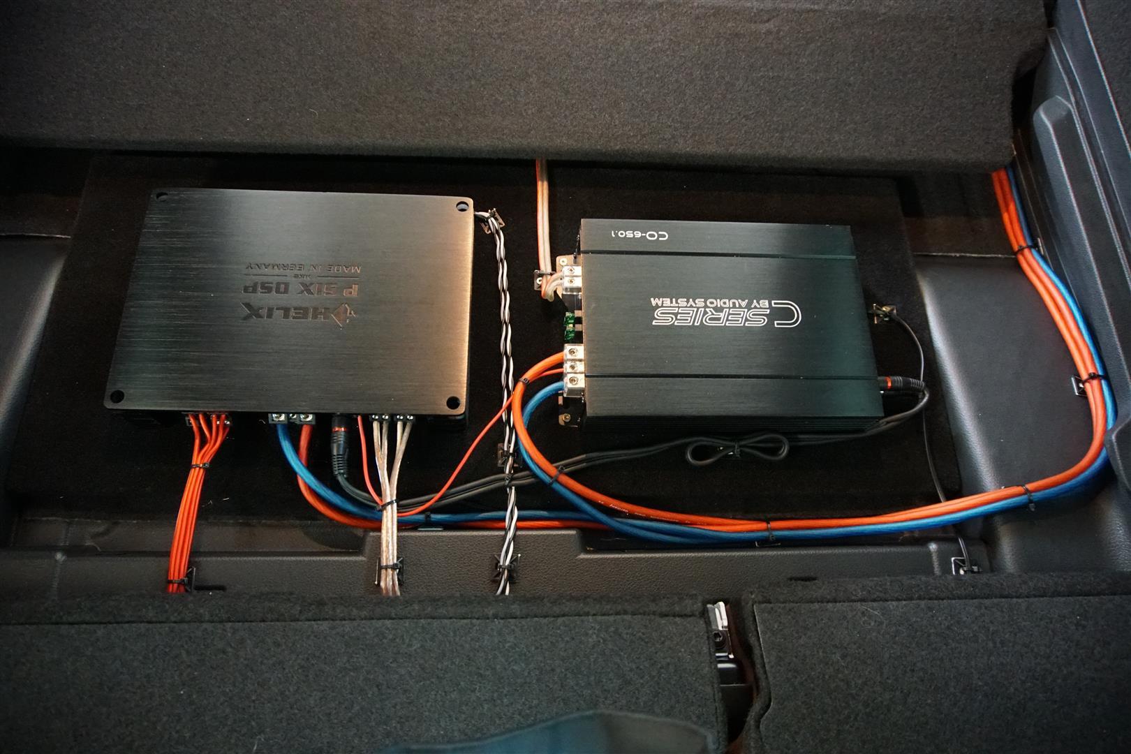 Links die DSP-Endstufe für das Lautsprechersystem, rechts der Monoblock für den Sub.