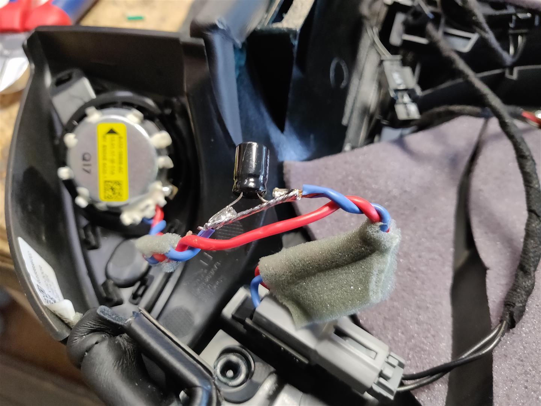 Der Kondensator am Hochtöner wurde überbrückt, da die Beweichung jetzt im DSP-Verstärker passiert.